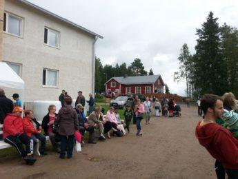 Väkeä kyläpäivillä, kuvannut Matti Leiviskä