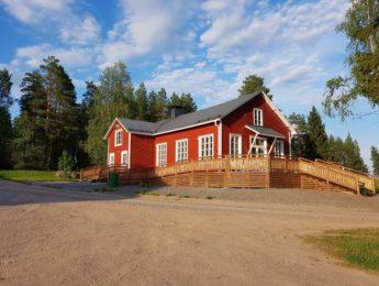 Kylätalo heinäkuussa, kuvannut Matti Leiviskä
