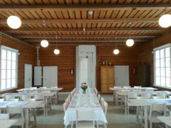 Kylätalo, sali valmiina ja juhlakunnossa, kuvannut Matti Leiviskä